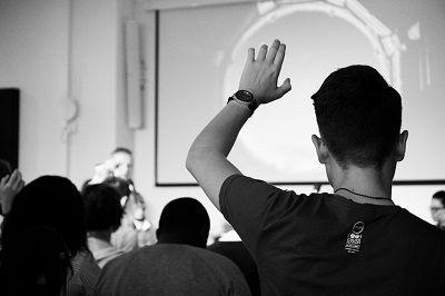 Как да вдигнете ръката си в мащаб